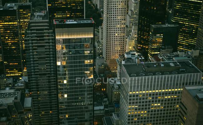 Estados Unidos, Nueva York, Manhattan, edificios de gran altura por la noche - foto de stock