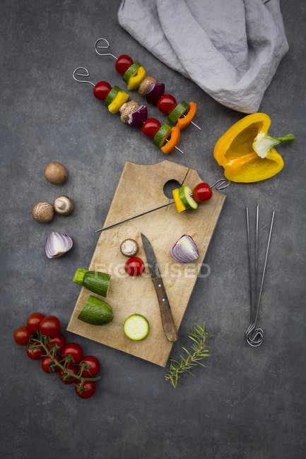 Preparing of vegetarian grill skewers — Stock Photo