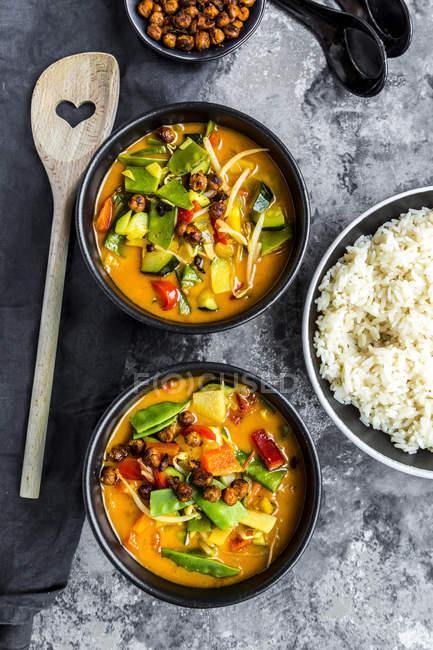 Rotes Curry in Schüsseln, Reis und gerösteten Kichererbsen — Stockfoto