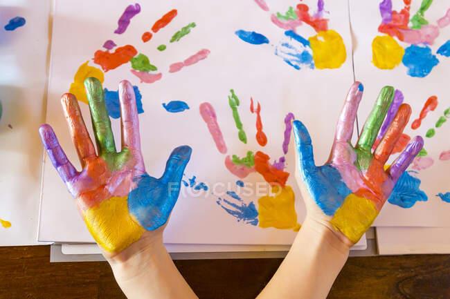 Девушка играет с краской — стоковое фото