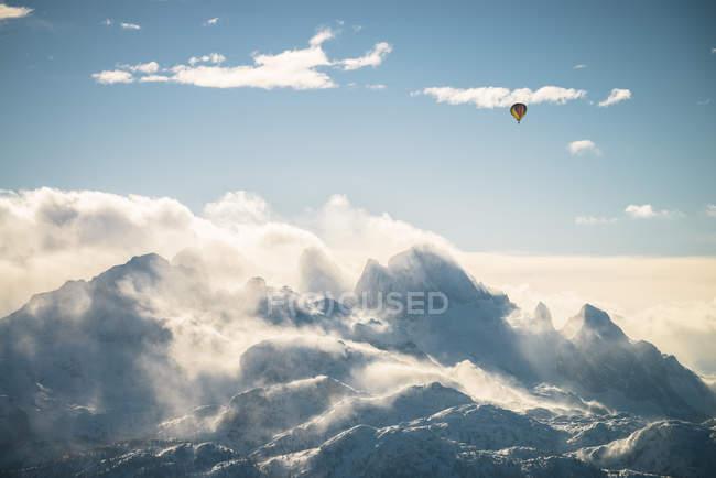Austria, Salzkammergut, mongolfiera sul massiccio del Dachstein — Foto stock