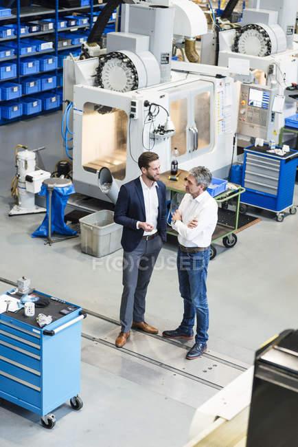 Empresários durante reunião na sala de produção — Fotografia de Stock