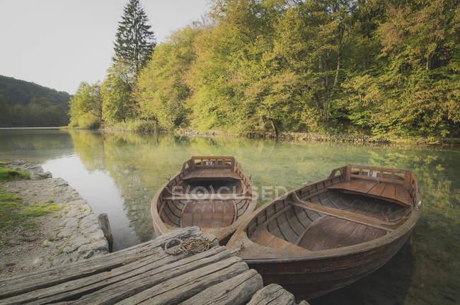Croacia, Parque Nacional de los Lagos de Plitvice, botes de remo en embarcadero - foto de stock