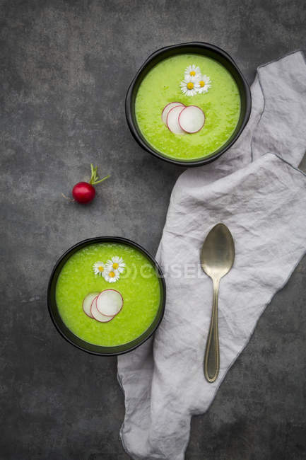 Soupe verte de radis dans des cuvettes — Photo de stock