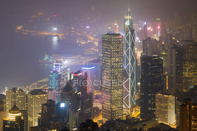 China, Hong Kong, Central and Wan Chai at night - foto de stock