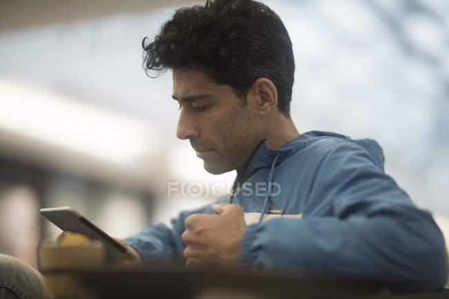 Porträt eines Mannes, der auf sein Handy schaut — Stockfoto
