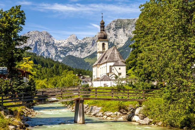Германия, Бавария, Рамзес, церковь у реки — стоковое фото