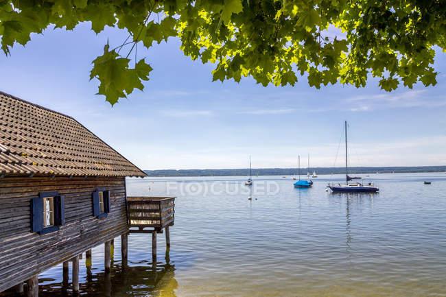 Germany, Bavaria, Upper Bavaria, near Herrsching, Ammersee lake, boathouse — Photo de stock
