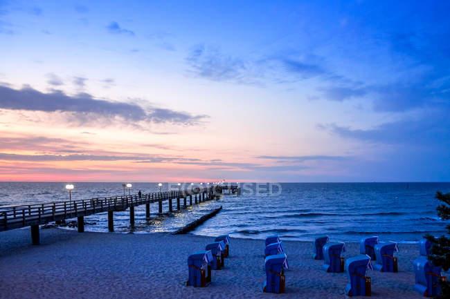 Німеччина, Мекленбург-Західна Померанія, Балтійське море Приморський курорт Kuehlungsborn на заході сонця — стокове фото