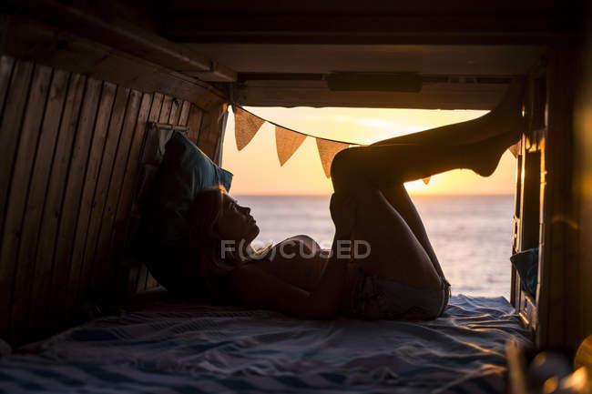 Spanien, Teneriffa, junge Frau im Lieferwagen — Stockfoto