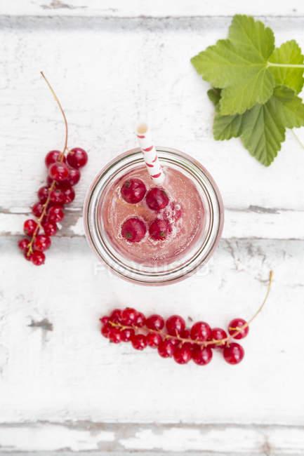 Сприцкер красной смородины в стекле — стоковое фото