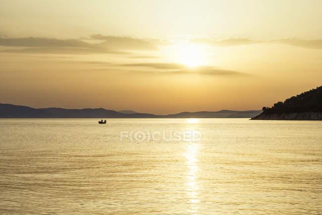 Grèce, Pélion, Golfe Pagasétique au coucher du soleil — Photo de stock