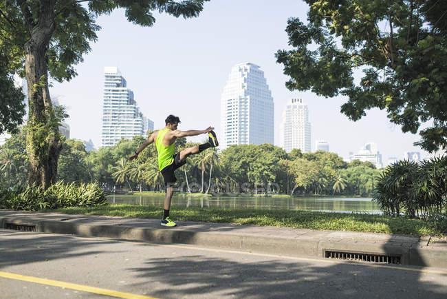 Runner che si riscalda nel parco urbano — Foto stock