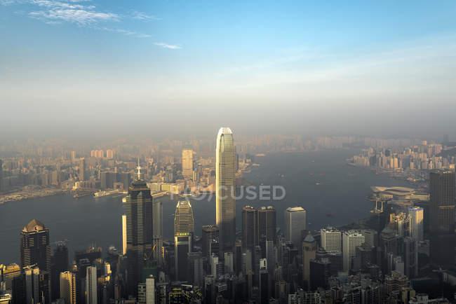 China, Hong Kong, horizonte por la noche - foto de stock