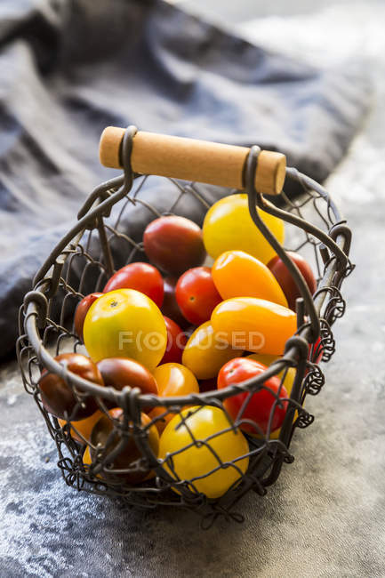 Корзина с мини-помидорами — стоковое фото