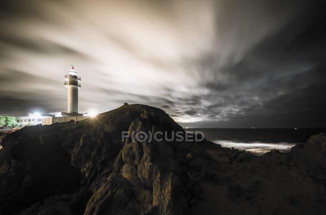 Spanien, Kanarische Inseln, Gran Canaria, Leuchtturm Faro de Taliarte bei Nacht — Stockfoto