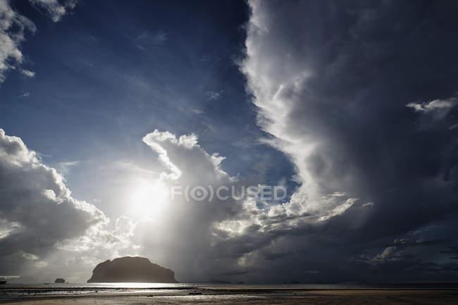 Таиланд, Ко Яо Яй, облака над пляжем — стоковое фото