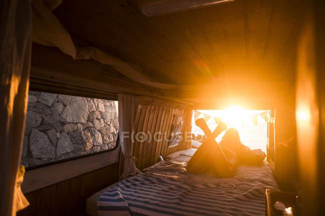 Іспанія, Тенеріфе, молода жінка, що лежить в Ван, вечірній світло — стокове фото
