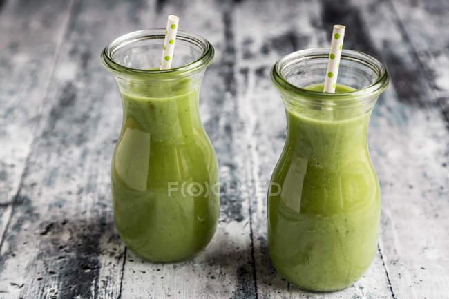 Smoothie do abacate, smoothie verde com pepino, maçã, aipo rábano — Fotografia de Stock