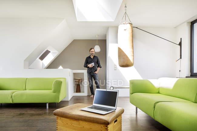 Бізнесмен з планшетом і ноутбуком вдома — стокове фото