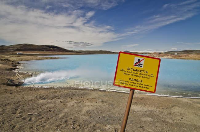 Islande, Myvatn, lac artificiel de la centrale électrique de Bjarnarflag, panneau d'avertissement — Photo de stock