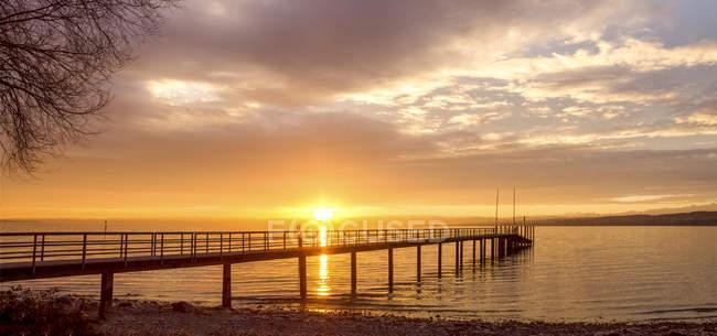 Germania, Baden-Wuerttemberg, Costanza, Lago di Costanza, passerella all'alba — Foto stock