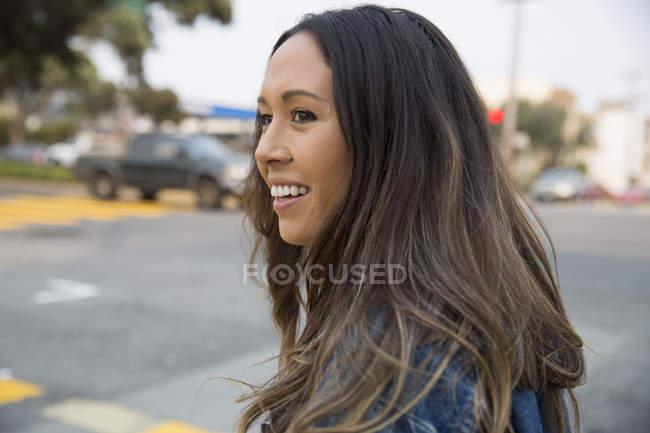 Retrato de uma jovem sorridente na rua — Fotografia de Stock