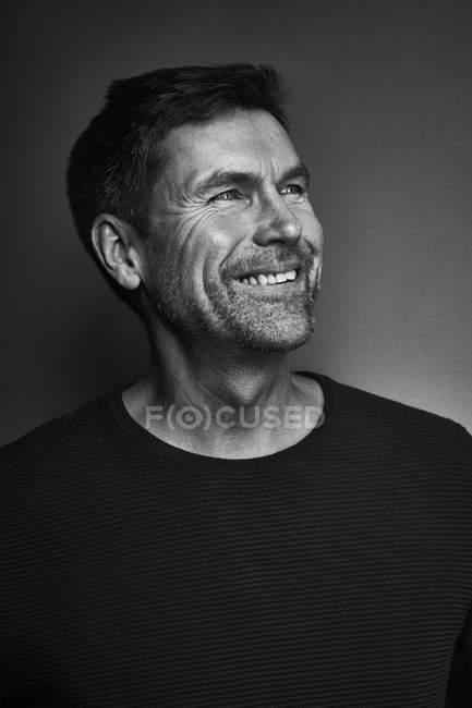 Porträt eines lächelnden Mannes, schwarz-weiß — Stockfoto