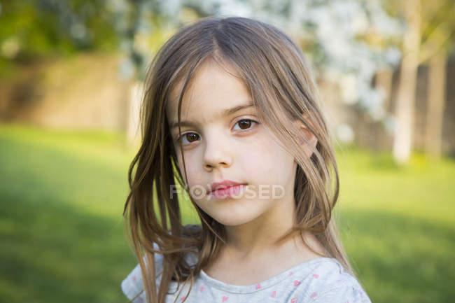 Ritratto di bambina in giardino — Foto stock