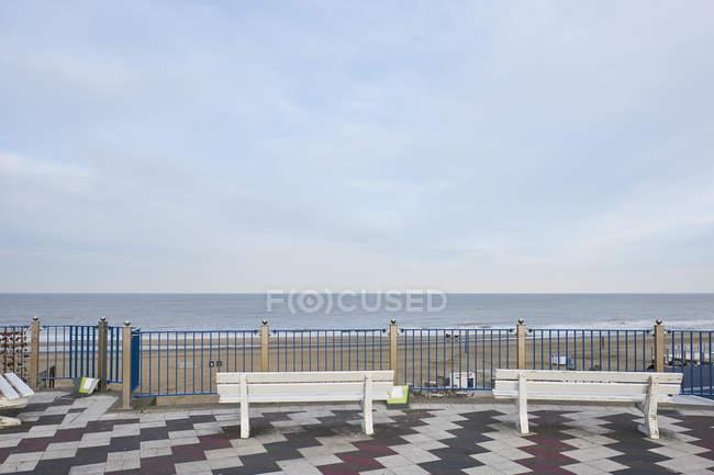 Holanda, Zandvoort, vista terraço com dois bancos — Fotografia de Stock