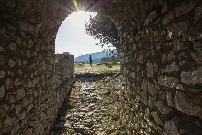 Grecia, Peloponeso, Arcadia, Paralia Astros, Entrada al castillo veneciano - foto de stock