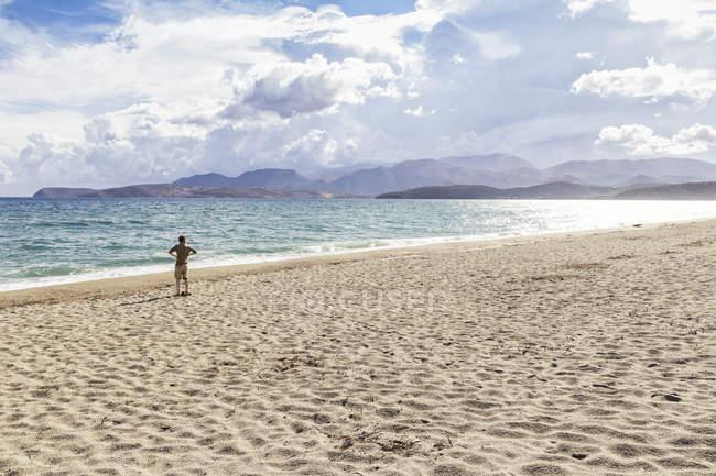 Grecia, Peloponneso, penisola di Mani, uomo sulla spiaggia di Mavrovouni — Foto stock