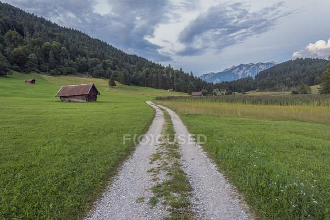 Germania, Baviera, Werdenfelser Land, fienile al mattino — Foto stock
