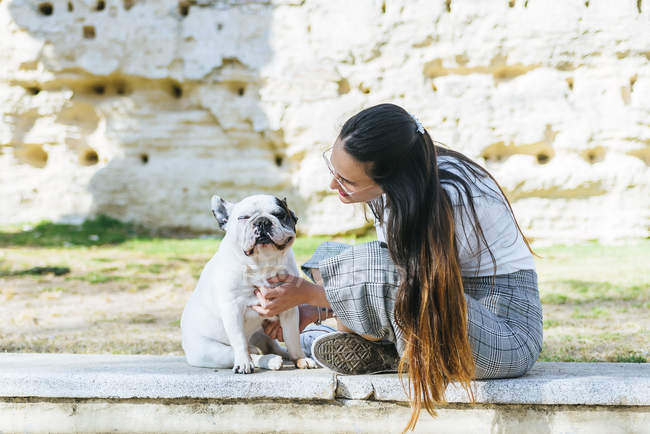Woman talking to her dog outside — Stock Photo
