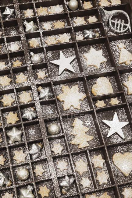 Домашні Різдвяне печиво, зірки і різдвяні дрібнички в старій дерев'яній друкарці — стокове фото