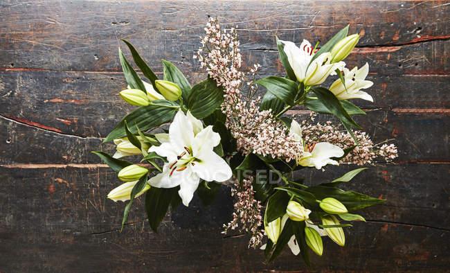 Flores cortadas em madeira escura, vista superior — Fotografia de Stock