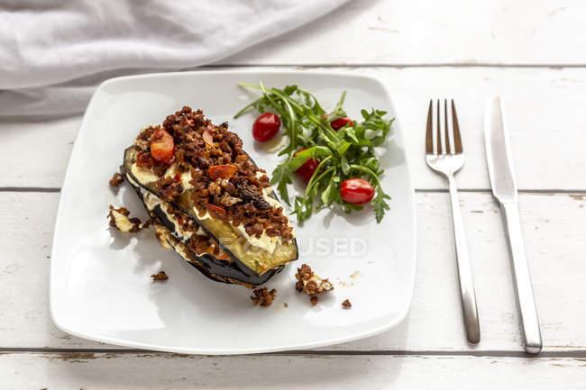 Баклажан Лазанья на тарілці, рукола і помідор, вегетаріанський — стокове фото