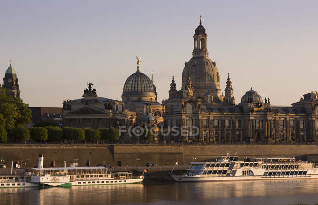 Germany, Dresden, Bruehl's Terrace with Academy of Fine Arts and Church of Our Lady at sunset — Stock Photo