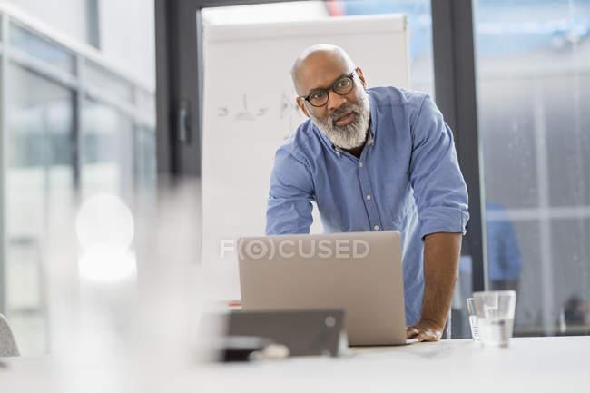 Ritratto di uomo d'affari afroamericano in sala conferenze che conduce una presentazione — Foto stock