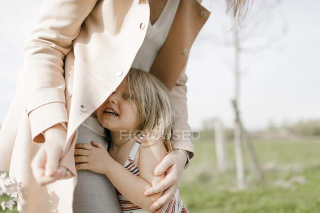 Мати і маленька дочка разом у природі. — стокове фото