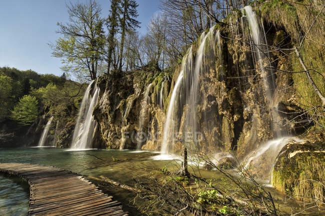 Croacia, Parque Nacional de los Lagos de Plitvice, cascada y pasarela de madera - foto de stock
