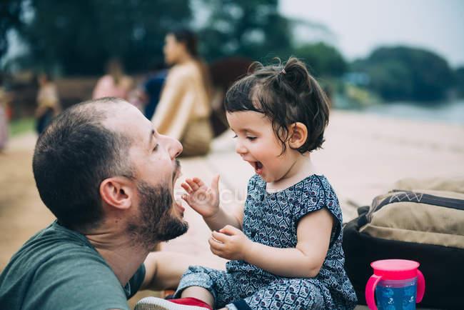 Таиланд, отец и маленькая дочь веселятся вместе — стоковое фото