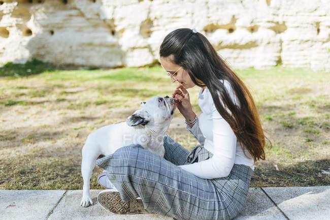 Femme nourrir son chien à l'extérieur — Photo de stock