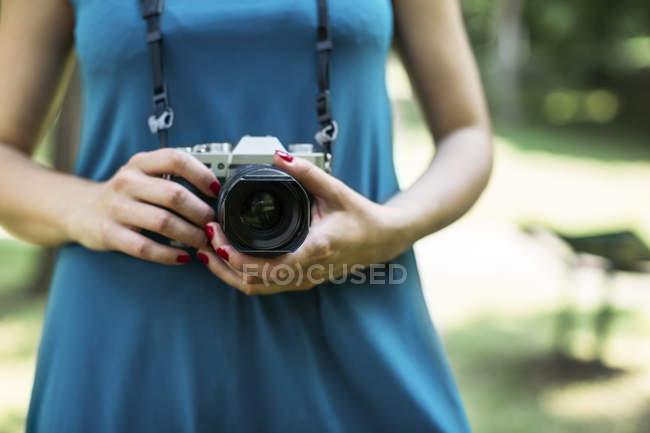 Жінки руки проведення аналогові камери, великим планом — стокове фото