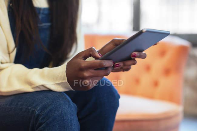 Las manos de la mujer sosteniendo la tableta, primer plano - foto de stock