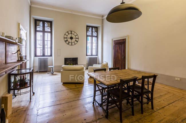 Intérieur de la maison confortable avec table en bois — Photo de stock