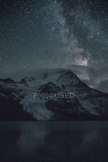 Canada, British Columbia, Rocky Mountains, Mount Robson Provincial Park, Fraser-Fort George H, Berg Lake, Berg Glacier, Mist Glacier at night — Stock Photo