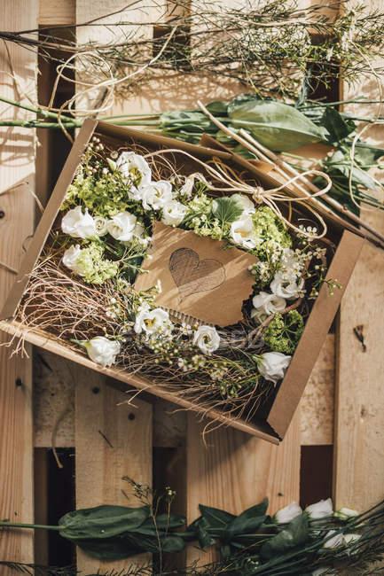 Disposizione floreale in scatola di cartone — Foto stock