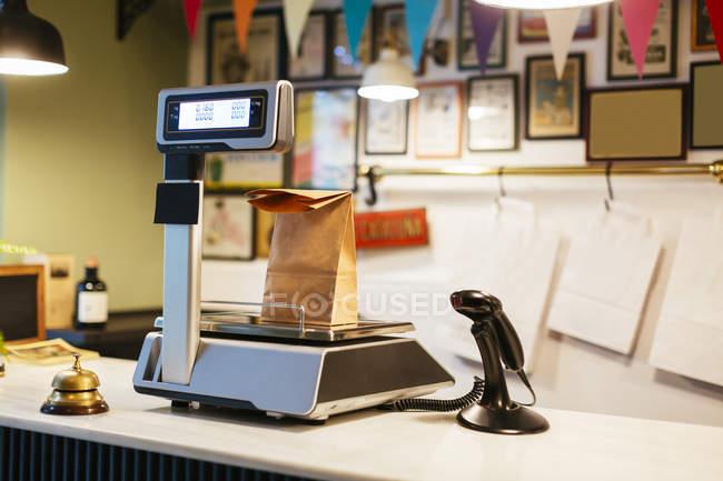 Паперовий мішок за шкалою на прилавку магазину — стокове фото
