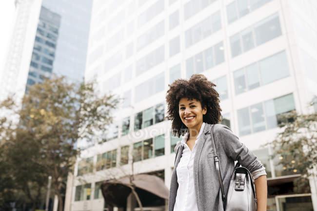Портрет усміхнена жінка з мішком на відкритому повітрі — стокове фото